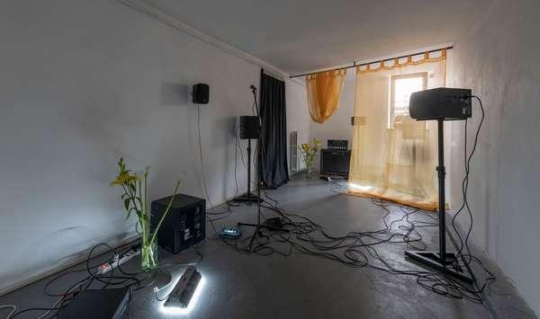 Enrico Boccioletti, devenir-fantôme Installazione sonora e spazio coreografato; 2019, Albumarte, Roma. Ph. Giorgio Benni, courtesy by Alan Advantage